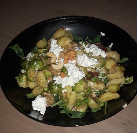 vegetarische gnocchi met groene groentes en hüttenkäse